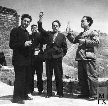 Л.Д. Муравин и Л.Е. Кербель обсуждают с китайскими товарищами творческие вопросы.