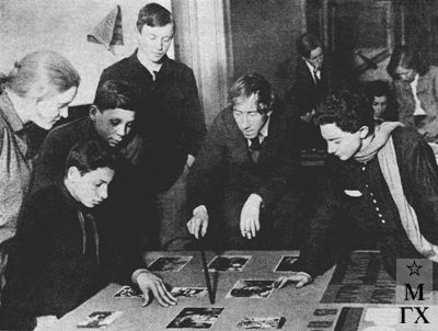 В. В. Почиталов в  одном из московских клубов за оформлением стенда наглядной агитации. 1931 г.